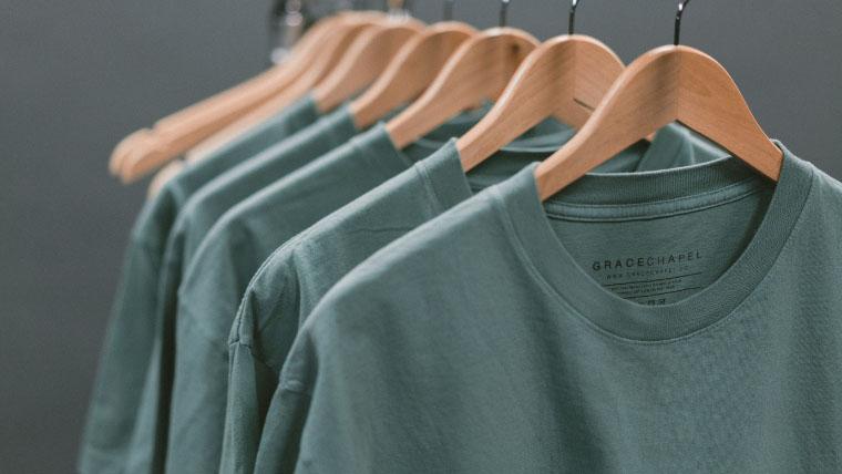 ハウスダンスの服装説明のtシャツアップの写真