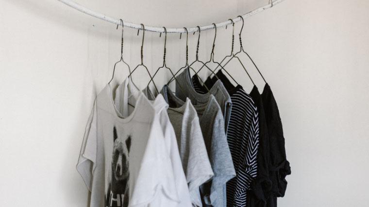 ハウスダンスの服装衣装について。ハンガーにかかったTシャツ