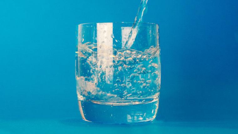むくみ予防にこまめな水分補給